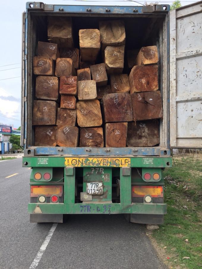 Xe gỗ lậu bị tạm giữ tại Công an huyện Kông Chro.
