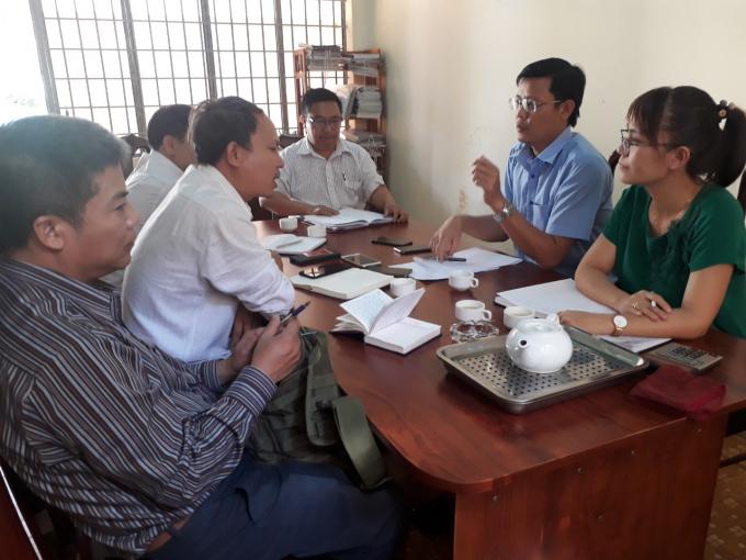 Ông Hà Hoàng Quỳnh (áo xanh) - Trưởng phòng TNMT huyện Ea Hleo đang trao đổi vụ về việc.