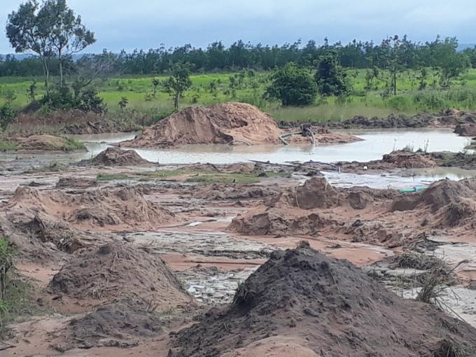 Một khu vực hút cát trái phép trên địa bàn xã Ea Hleo, huyện Ea Hleo.