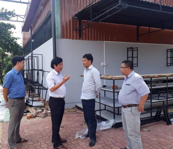 Ông Võ Ngọc Kha (áo trắng từ trái sang)- Chủ tịch UBND thành phố Tuy Hòa khẳng định ngày 26/8 sẽ cưỡng chế công trình vi phạm mà nay đã ngày 4/9, công trình trái phép vẫn ung dung tồn tại.