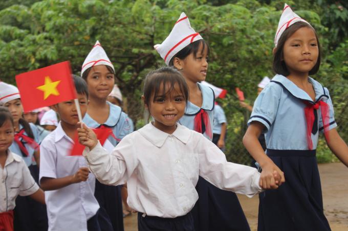 Học sinh trường Tiểu học xã Đắk Ang, Ngọc Hồi Kon Tum trong ngày tựu trường