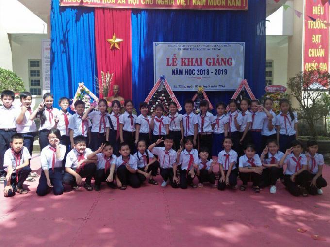 Học sinh trường Tiểu học Hùng Vương, huyện Sa Thầy, Kon Tum trong ngày khai giảng.