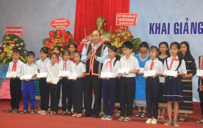 Hòa chung không khí tựu trường của cả nước Thủ tướng Chính phủ dự lễ khai giảng tại huyện Tu Mơ Rông.