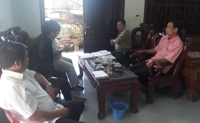Ông Nguyễn Đăng Tải ( áo Hồng) đang trao đổi với PV.
