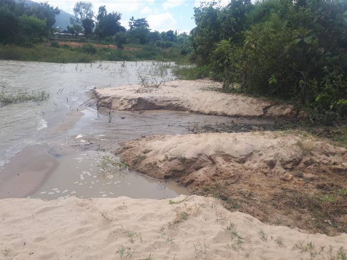 Việc khai thác cát lậu đang làm biến dạng lòng hồ thủy lợi Yang Réh, ảnh hưởng đến nguồn lợi thủy sản