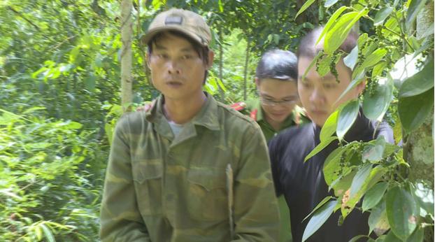 Công an dẫn giải Hà Văn Hoành đến để thực nghiệmhiện trường.