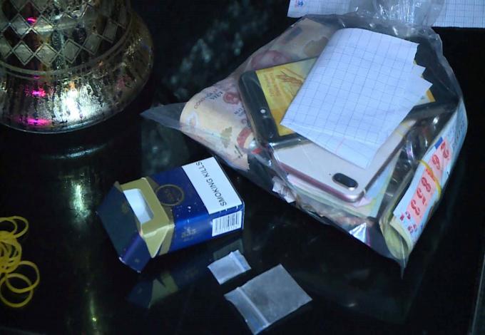 Hai túi nilon nghi đựng ma túy.