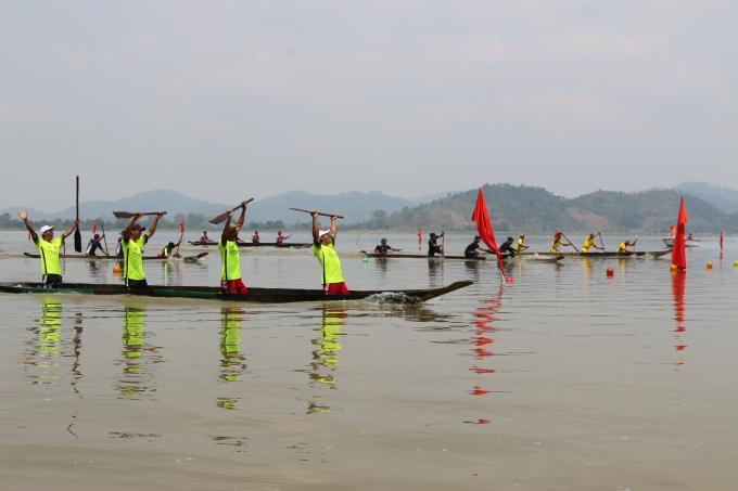 Đội chủ thuyền Ma Chiến (đội 3 xã Bông Krang) giải nhất thuyền 4 tay