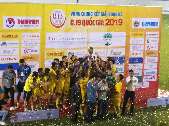 Đội U19 Hà Nội vui mừng với chức vô địch.