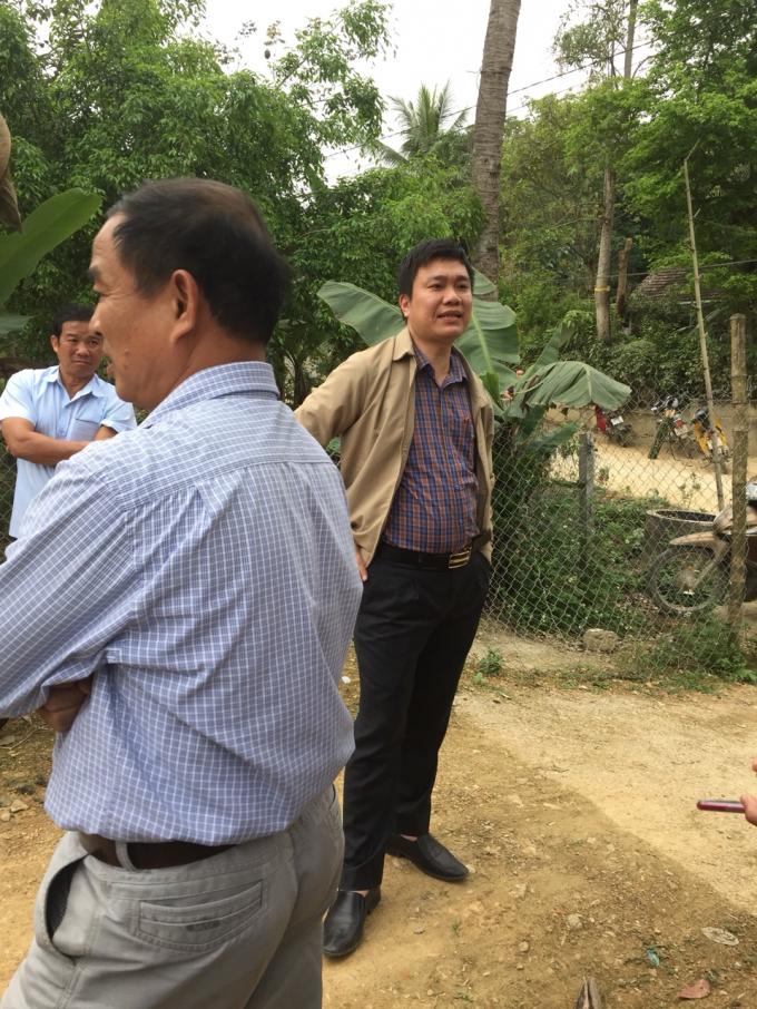 Ông Hoàng Xuân Cường - Phó chủ tịch UBND huyện Anh Sơn trong buổi họp dân về làm mương thoát nước.