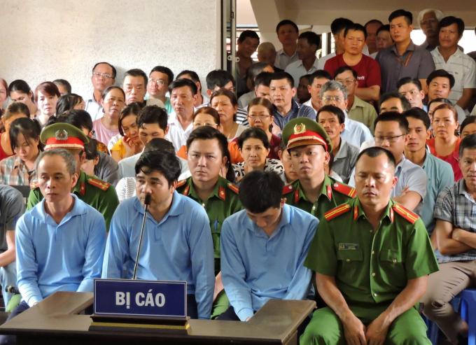 Các cựu cán bộ ngân hàng Agribank huyện Krông Bông, Đắk Lắk tại phiên xử sơ thẩm.
