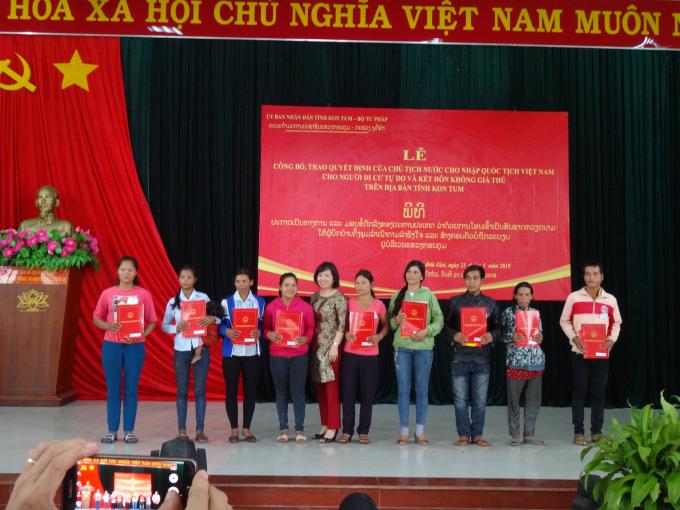 Bà Lương Thị Lanh mong muốn các công dân mới được nhập quốc tịch cố gắng xây dựng quê hương giàu đẹp