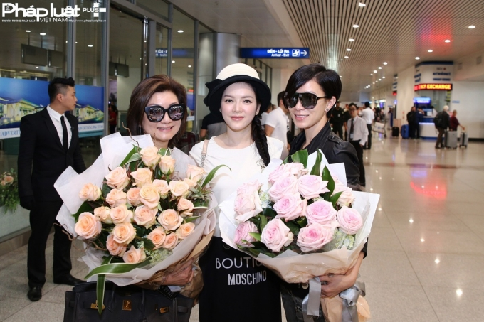 Lý Nhã Kỳ tặng hoa cho Hoa hậu TVB Xa Thi Mạn (phải) và bà trùm làng giải trí Hồng Kông Lạc Gia Linh (trái) (Ảnh: Đại Ngô)