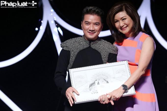Nam Ca sĩ Đàm Vĩnh Hưng được Bà trùm quản lý giải trí Lạc Gia Linh tặng biểu tượng người ăn mặc phong cách nhất trong chương trình (Ảnh: Đại Ngô)