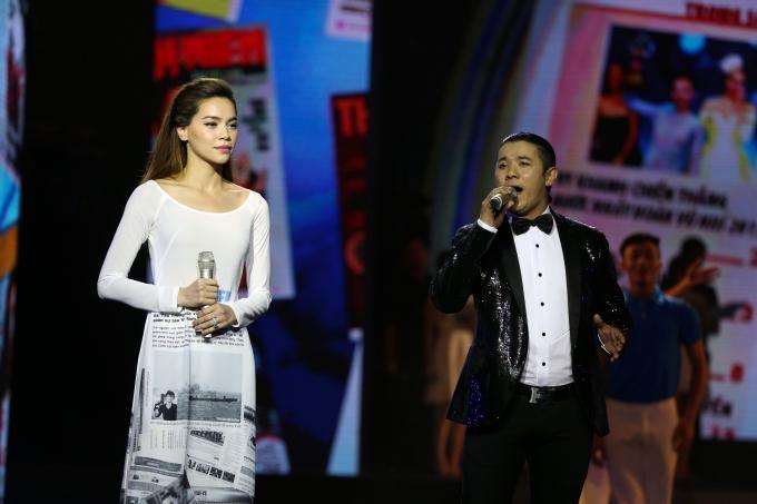Ca sĩ Hồ Ngọc Hà và Kasim Hoàng Vũ mở đầu chương trình với ca khúc 30 năm mãi là xuân
