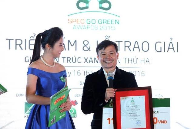 Hoa hậu Ngọc Hân phỏng vấn KTS Võ Trọng Nghĩa khi anh đoạt giải nhấttại giải Kiến Trúc Xanh 2015