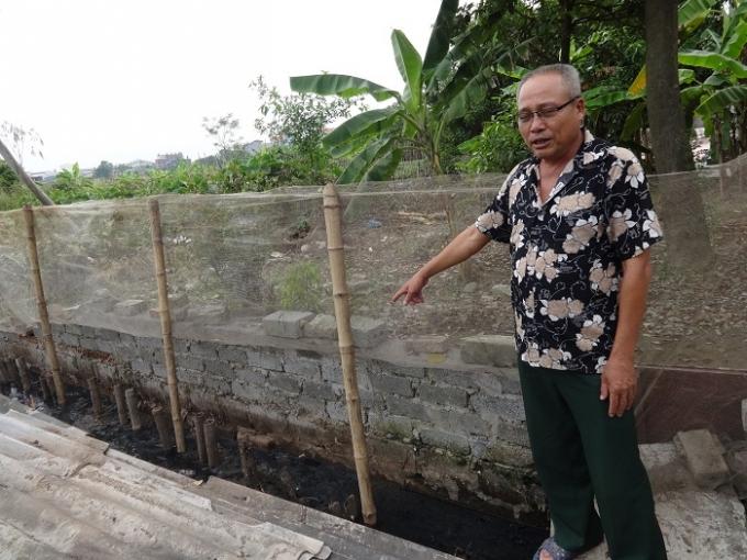 Hệ thống thoát nước của cả thôn Bến Đông Giao đềuc chảy về ao nhỏ sát nhà dân. Ảnh: Ngọc Nga