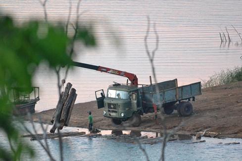 Lâm tặc bốc gỗ lậu ở bến làng Tung đưa lên xe đi tiêu thụ