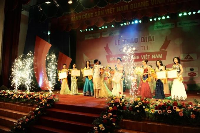 Ban tổ chức cuộc thi cùng các thí sinh và nhà tài trợ chụp ảnh lưu niệm.