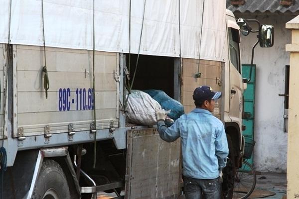 Mỡ bẩn đang được chuyển từ xe tải vào lò tiêu hủy.