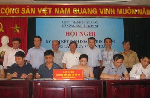 Các doanh nghiệp kinh doanh sản xuất nông - lâm - thủy sản an toàn trên địa bàn Hà Nội ký cam kết tại Hội nghị .