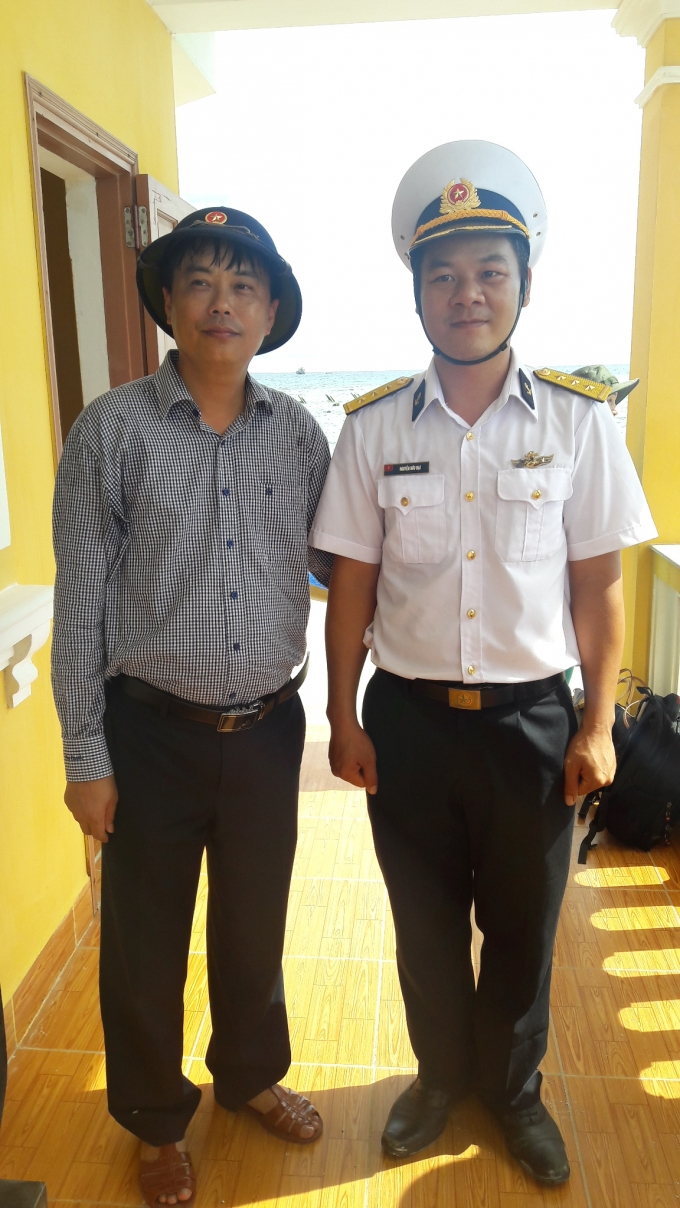 Thầy giáo Đạt và học sinh của mình trên đảo