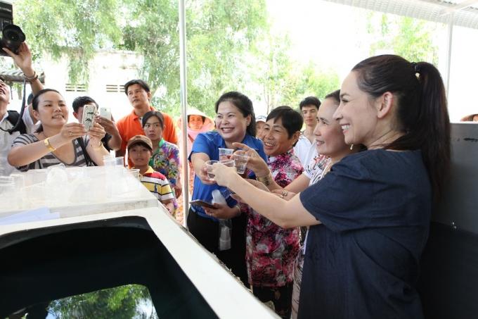 Ca sĩ Phi Nhung cùng đại diện huyện Đoàn và người dân tại tỉnh Kiên Giang uống thử nước sau khi lọc.