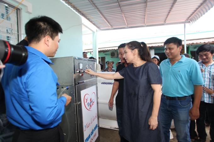Ca sĩ Phi Nhung - Đại sứ chương trình Nước ngọt nghĩa tình vận hành khởi động máy lọc nước mặn thành nước ngọt tại Kiên Giang