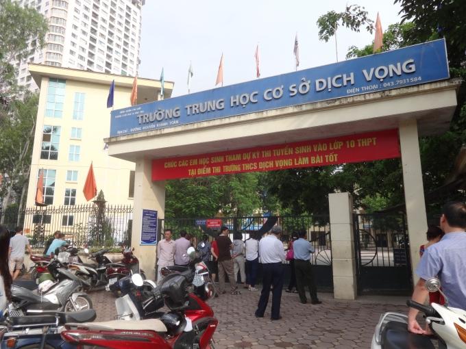 Tại trường THCS Dịch Vọng (Cầu Giấy, Hà Nội), ngay từ 7h30p sáng, khi các em học sinh vào phòng thi, nhiều phụ huynh vẫn đứng chờ ngoài cổng.