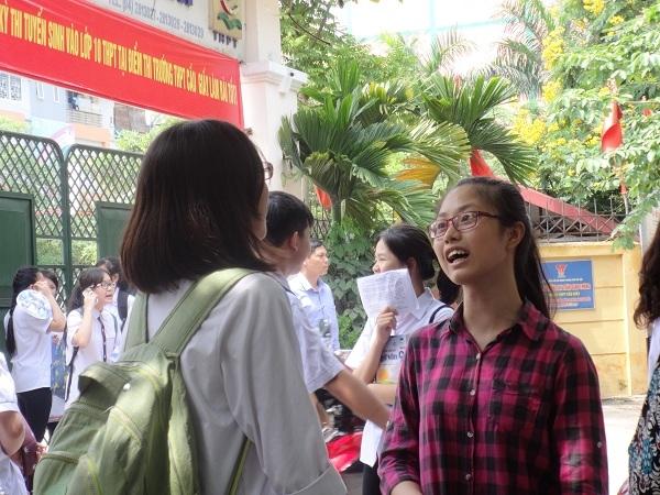 Các em vui vẻ chia sẻ sau khi kết thúc môn thi đầu tiên.