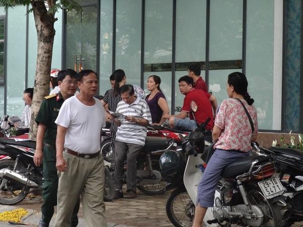 Nhiều phụ huynh quyết định chờ con ngay tại cổng trường.