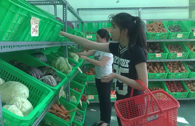 Người dân chọn mua rau sạch tại 1 cửa hàng cung cấp thực phẩm sạch.