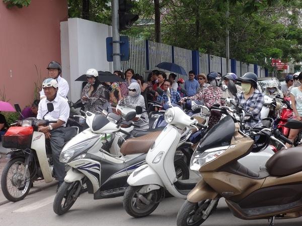 Gần 10h sáng, phụ huynh đã tập trung chờ sẵn ngoài cổng, hồi hộp chờ đợi các thí sinh kết thúc môn thi tiếng Anh.