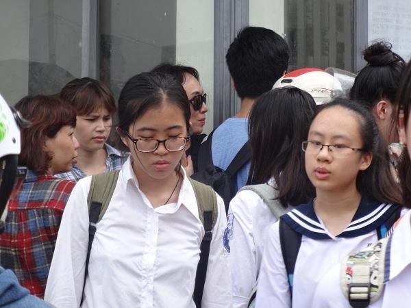 Sau khi bước ra khỏi phòng thi, nhiều thí sinh tỏ vẻ lo lắng về bài thi của mình.