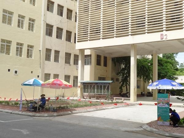Khu vực thi nhà D2 của trường THPT Chuyên ĐHSP Hà Nội, 9h40 phút các thí sinh vẫn miệt mài làm bài thi.