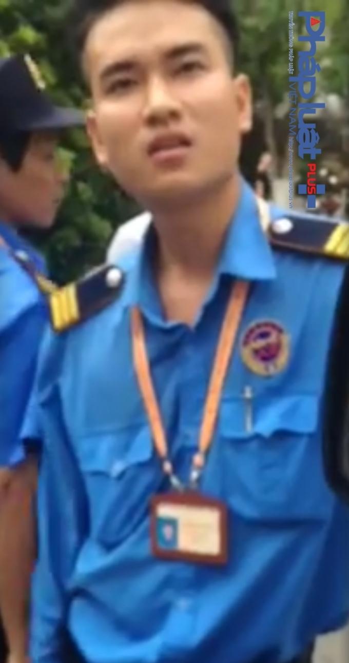 Một người đàn ông tên Tuấn, tự xưng và đưa thẻ bảo vệ Bệnh viện Nhi Trung ương.