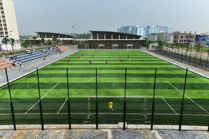 Một sân bóng cỏ nhân tạo theo tiêu chuẩn FIFA cũng được xây dựng.
