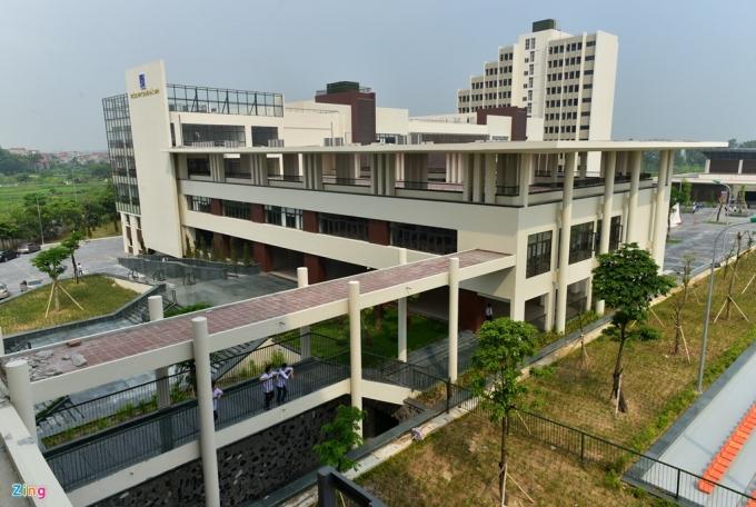 Được UBND tỉnh Bắc Ninh đầu tư gần 600 tỷ đồng xây dựng từ năm 2014, đến tháng 8/2016, trường THPT Chuyên Bắc Ninh hoàn thành trên khuôn viên rộng 3,9 ha.              Từ khi chưa hoàn thành, những hình ảnh về cơ sở vật chất mới đã lan truyền trên mạng xã hội. Nhiều học sinh gọi đây là