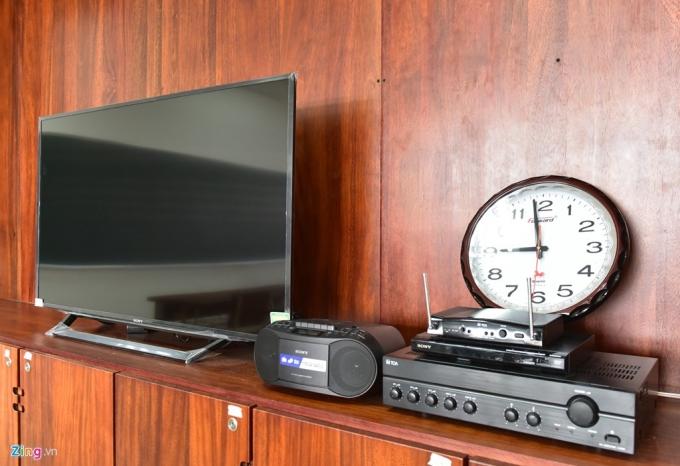 Bên cạnh đó, tivi, đài cassette được trang bị để phục vụ cho giờ học thêm trực quan, sinh động.