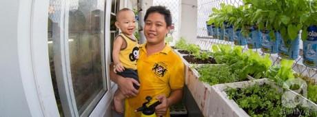 Anh Nguyễn Văn Biển cùng cậu con trai đầu lòng ra vườn ở ban công tưới cây.