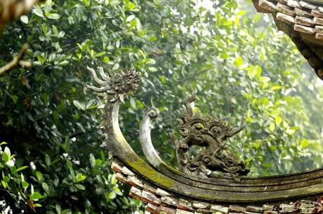 Khắp chùa chỗ nào có gỗ là có chạm trổ.