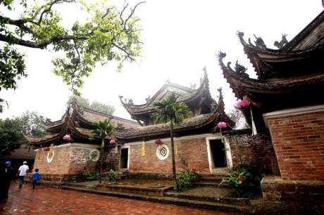Mái chùa Tây Phương rất đặc biệt có những góc đao cong vút lên, cấu tạo theo kiểu hai lớp, hình thành một không gian rộng và thoáng đãng.