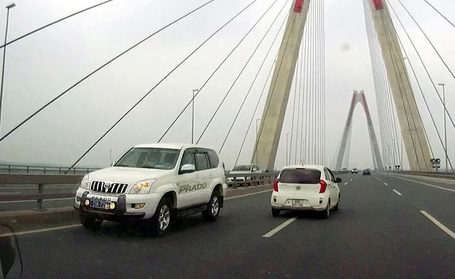 Hình ảnh xe biển xanh đi ngược chiều trên cầu Nhật Tân. (Ảnh cắt từ clip)