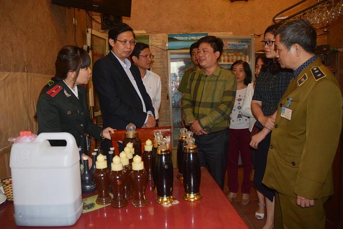Đoàn kiểm tra phát hiện nhiều loại rượu không rõ nguồn gốc tại cơ sở kinh doanh có địa chỉ số 97 Trần Duy Hưng, phường Trung Hòa. Ảnh: Sở Y tế Hà Nội.