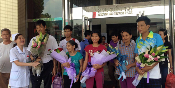 10 bệnh nhân Hòa Bình ngày xuất việnẢnh: Lê Nga/VnExpress.