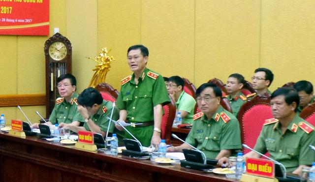 Trung tướng Trần Kim Tuyến (đứng) trả lời câu hỏi của phóng viên về việc bắt một bác sĩ trong vụ 8 bệnh nhân chạy thận tử vong ở Hòa Bình. Ảnh: Dân Trí.