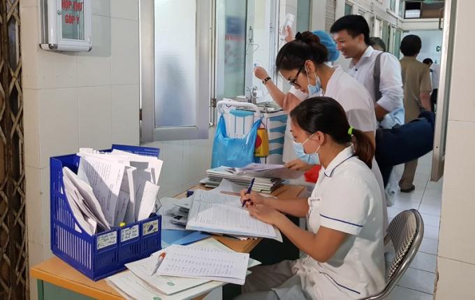 Bác sĩ phải kê bàn ra ngoài hành lang để làm việc. Ảnh: Thúy Hạnh/Vietnamnet.