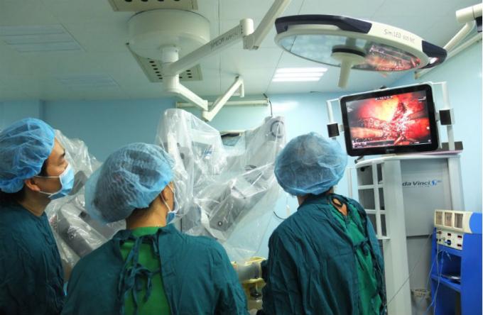 Ê-kíp bác sĩ thực hiện ca phẫu thuật ung thư gan bằng Robot.