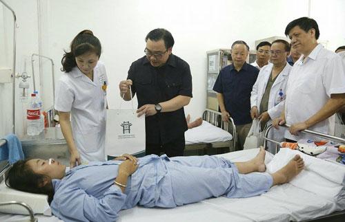 Bí thư Thành uỷ Hà Nội Hoàng Trung Hải thăm, tặng quà bệnh nhân sốt xuất huyết đang điều trị tại bênh viện Thanh Nhàn. Ảnh:VT.