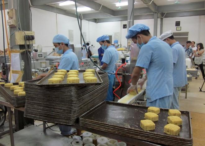 Hà Nội đang tích cực thanh kiểm tra an toàn thực phẩm mặt hàng bánh trung thu. Ảnh: MP